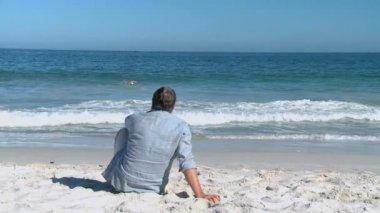 Elderly man looking at the horizon — Stock Video