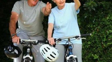 пожилая пара, имея на велосипеде — Стоковое видео
