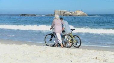 Coppia invecchiato camminando con la bici — Video Stock