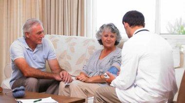 若い医者、患者の血圧測定 — ストックビデオ