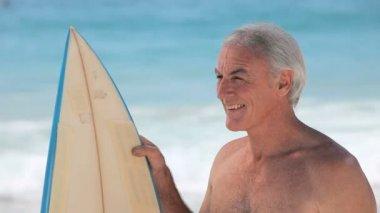 člověk při pohledu na oceán s surfovací prkno — Stock video