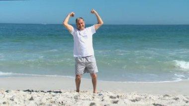 пожилой мужчина делает прочность зарядкой — Стоковое видео