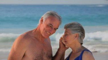 Elderly couple listening to a seashell — Stock Video