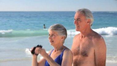 Elderly couple looking through binoculars — Stock Video