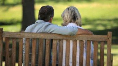 Starší pár relaxační na lavičce — Stock video