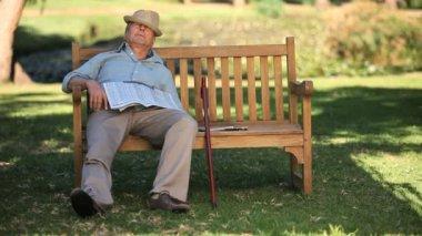 老男人睡在一张长凳上 — 图库视频影像