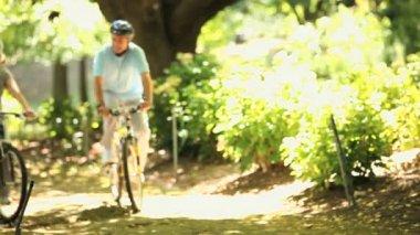 пожилая пара прогулки с велосипедами — Стоковое видео