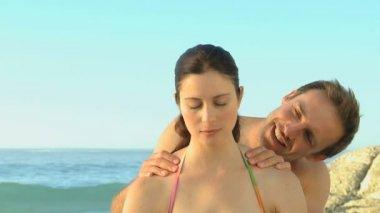 Stilig man massera hans hustru — Stockvideo