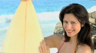 Krásná žena s surf při pohledu na fotoaparát — Stock video