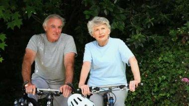 Yaşlı çift ile onların bisiklet yürüyüş — Stok video