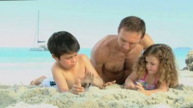 Man and his childs building a sand castle — Stock Video