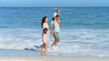 Family walking on the beach — Stock Video