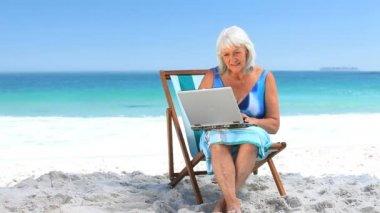 Wieku kobieta za pomocą laptopa — Wideo stockowe