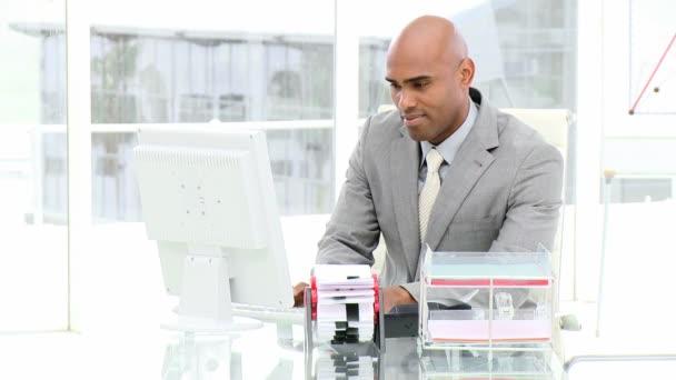 Afro-américains travaillant devant un ordinateur — Vidéo