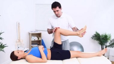 Physiotherapist massaging the knee of a patient — Stock Video