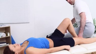 Physiotherapist massaging the calf of a patient — Stock Video