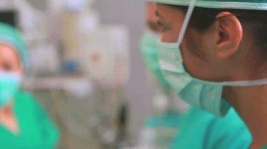 Chirurgové s chirurgických nástrojů — Stock video