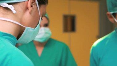 外科医生工作睡在手术台上的病人 — 图库视频影像