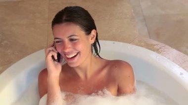 Arama sırasında bir banyoda kadını — Stok video