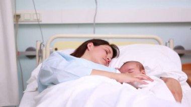 Mor och barn sover i samma säng — Stockvideo