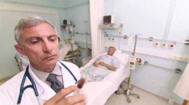 Doctor preparing an injection — Vídeo Stock