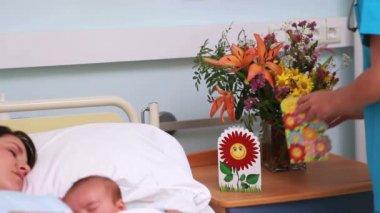 Läkare att placera ett finger på baby sover — Stockvideo