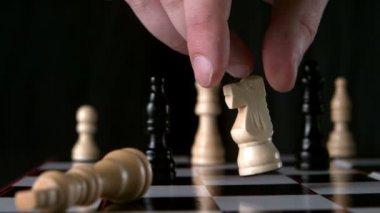 Cavaliere bianco rovesciare l'altro pezzo bianco — Video Stock