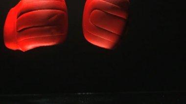 Guantes de boxeo rojos sobre fondo negro — Vídeo de Stock