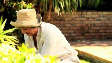 Kvinna med rotfrukter i trädgården — Stockvideo