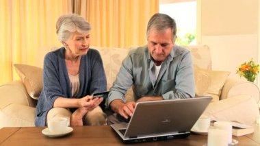 Osoby w podeszłym wieku para stara się kupić coś w internecie — Wideo stockowe