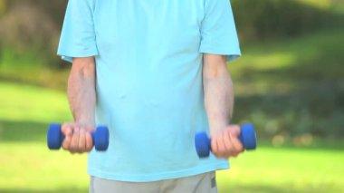 Elderly man bodybuilding — Stock Video