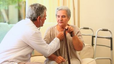 医師試験患者に聴診器で — ストックビデオ
