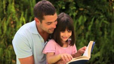 отец, читая его небольшие дочь — Стоковое видео