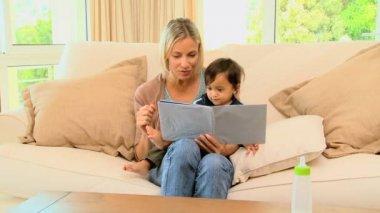 Mãe e bebê, olhando para o livro de pictrure — Vídeo stock