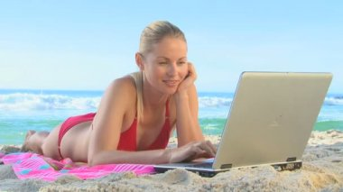 B blonde woman using laptop on the beach — Stock Video