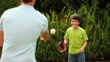 Ragazzino che gioca a baseball con suo padre — Video Stock
