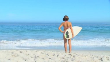 Woman on beach with surf board — Stok video