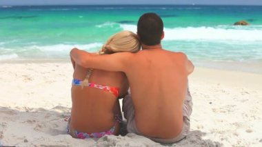 Sweet couple relaxing and embracing in front of the sea — Stock Video