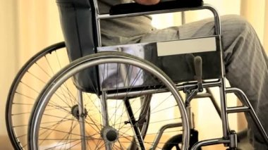 Hombre en el pensamiento de una silla de ruedas — Vídeo de Stock