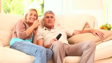Couple watching thrilling event on TV — Stock Video