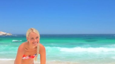 Attractive blonde woman playing with a beach ball — Stock Video