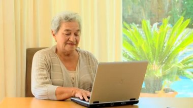Mature woman using a laptop — Stock Video