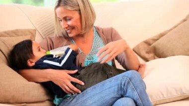 Ontspannen moeder haar kind flesvoeding — Stockvideo