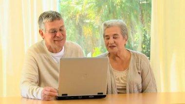 Elderly couple using a laptop — Stock Video