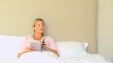 Young woman delighted when husband brings breakfast in bed — Stock Video