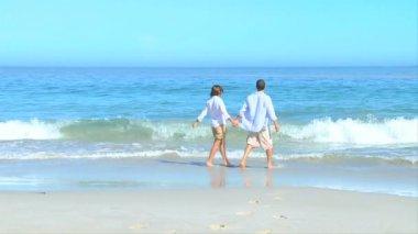 Paar peddelen en spelen op de rand van het water — Stockvideo