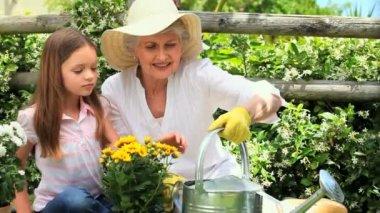 Mujer y jardinería de nieta — Vídeo de Stock