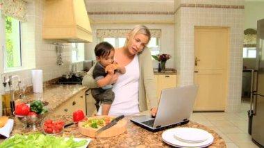 Mutter mit ihrem sohn in küche — Stockvideo