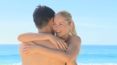 Sweet couple hugging on a beach — Stock Video