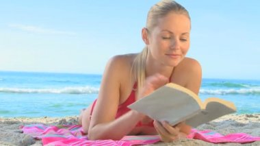 Pretty blonde woman reading a novel — Stock Video